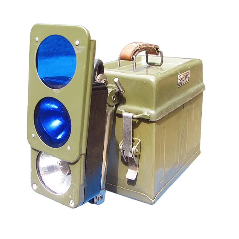Originálna vojenská akumulátorová lampa s clonou